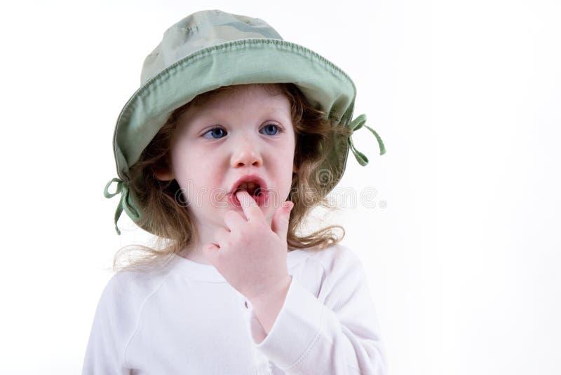 Kleines Mädchen mit dem Finger in ihr fotos de archivo