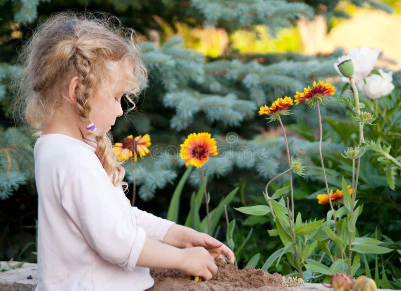 Kleines Mädchen mit dem lockigen Haar lizenzfreie stockfotografie