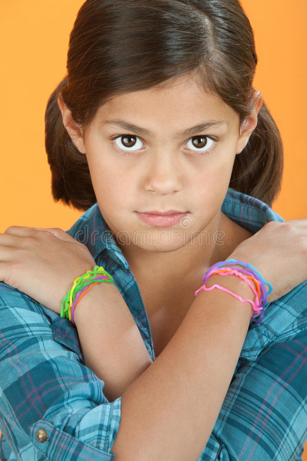 Kleines Mädchen mit den Armen gekreuzt stockbild