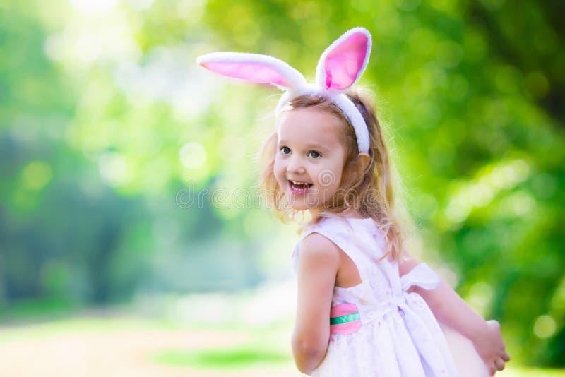 Kleines Mädchen mit den Osterhasenohren lizenzfreies stockbild