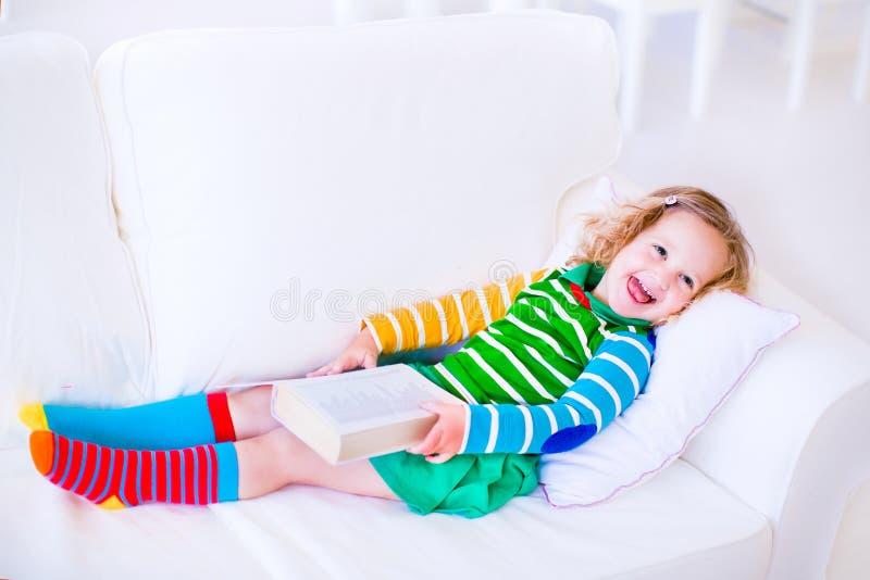 Kleines Mädchen mit einem Buch lizenzfreies stockbild