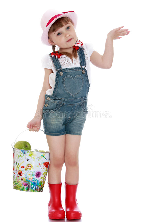Kleines Mädchen mit einem Eimer Äpfeln stockfotografie