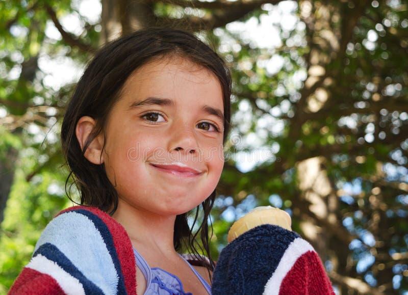 Kleines Mädchen mit einem Eiscremeschnurrbart stockbilder