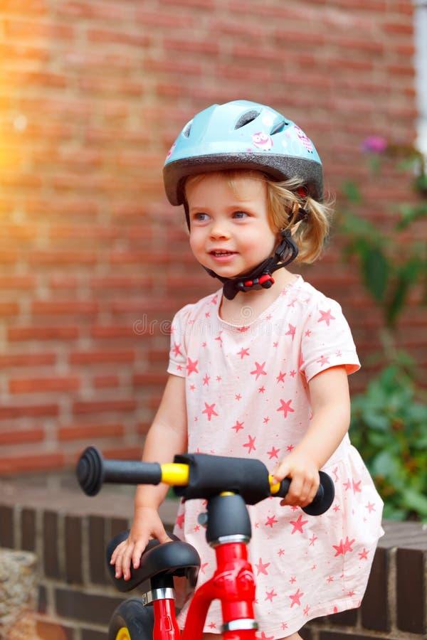 Kleines Mädchen mit einem Fahrrad stockbild