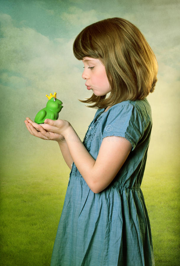 Kleines Mädchen mit einem Froschprinzen lizenzfreie stockfotos