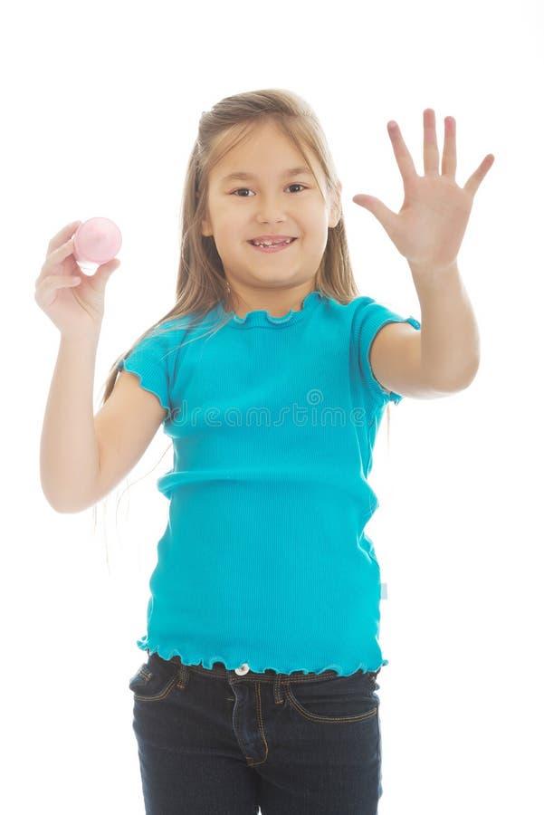 Kleines Mädchen mit einem großen Zeichenstift stockfoto