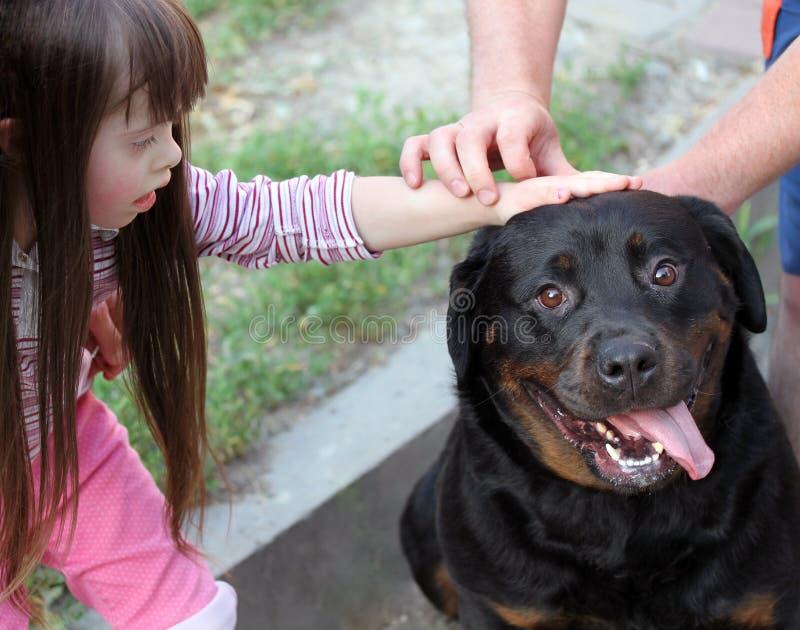 Kleines Mädchen mit einem Hund lizenzfreie stockbilder
