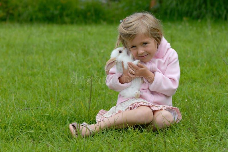 Kleines Mädchen mit einem Kaninchen stockfotos