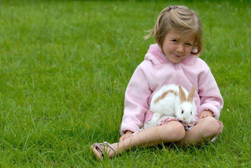 Kleines Mädchen mit einem Kaninchen lizenzfreies stockbild