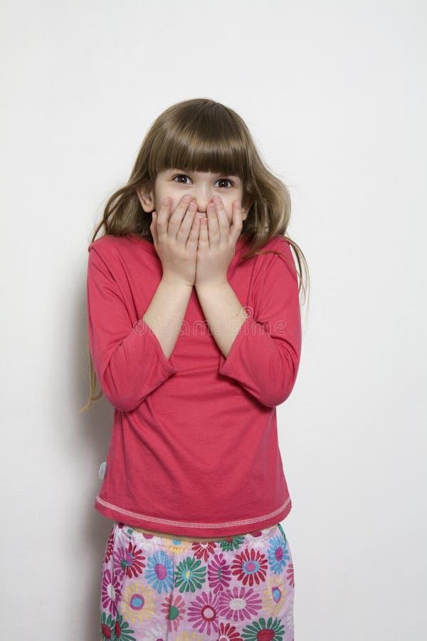 Kleines Mädchen mit einem lustigen Ausdruck stockfotografie