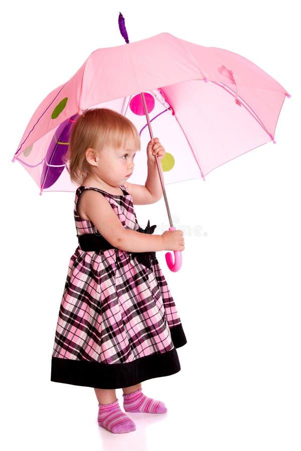 Kleines Mädchen mit einem Regenschirm lizenzfreies stockfoto