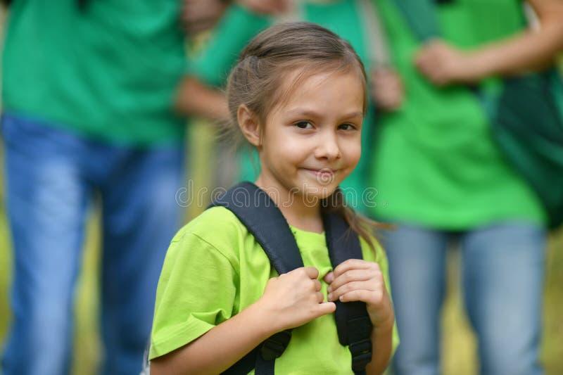 Kleines Mädchen mit einem Rucksack stockbild
