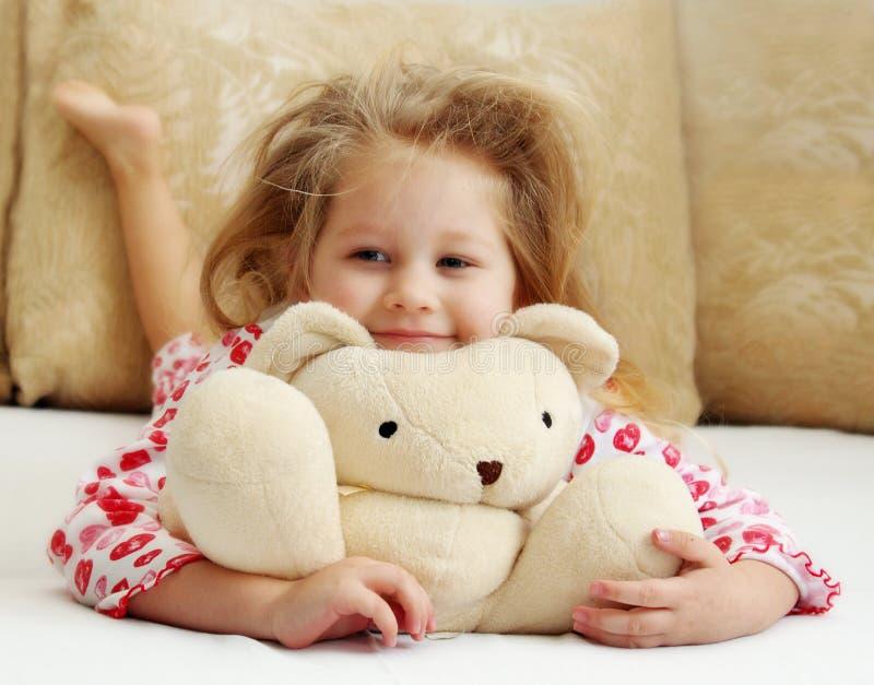 Kleines Mädchen mit einem Spielzeug stockfotos
