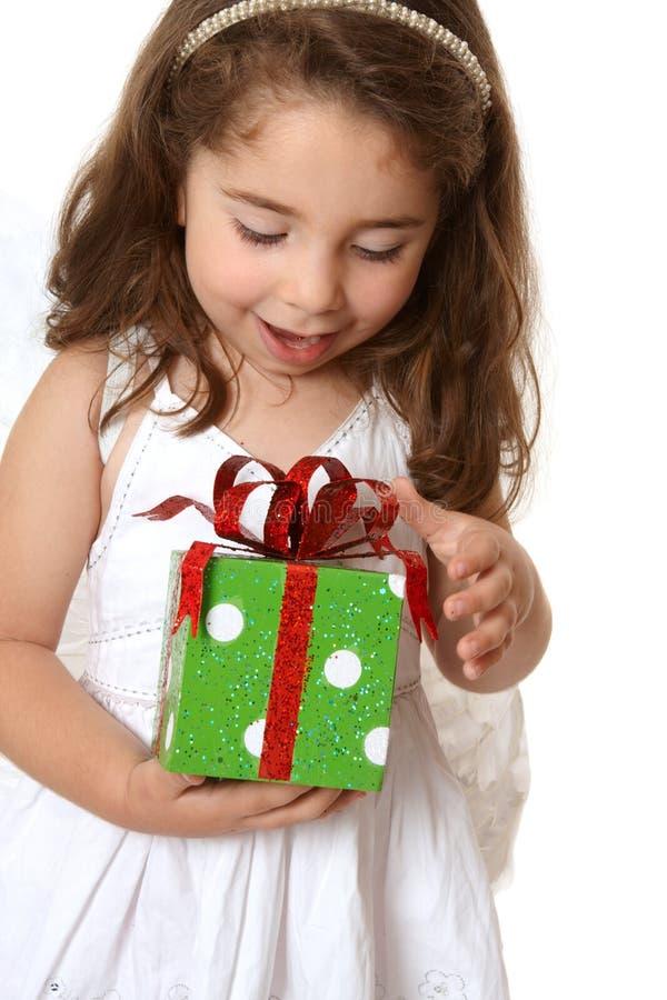 Kleines Mädchen Mit Einem Weihnachten Oder Anderem Geschenk Stockfoto