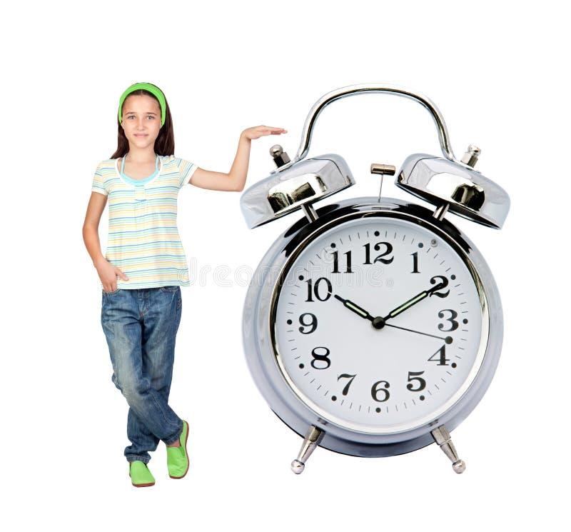 Kleines Mädchen mit einer großen Alarmuhr stockfotografie