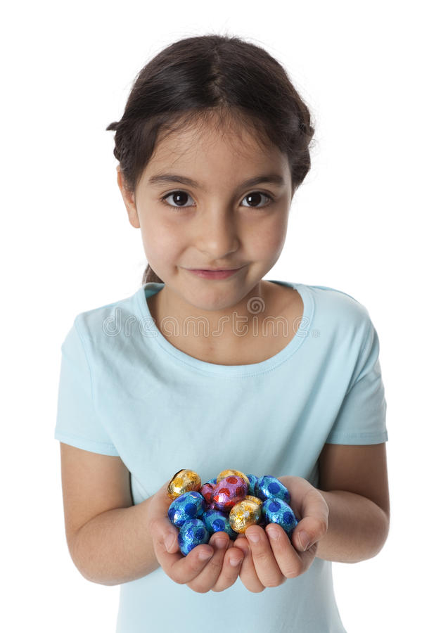 Kleines Mädchen mit einer Handvoll Schokolade e stockfotografie