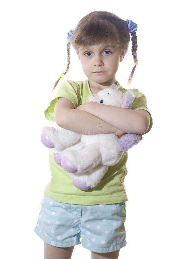Kleines Mädchen mit einer Spielzeug-Katze stockfotografie