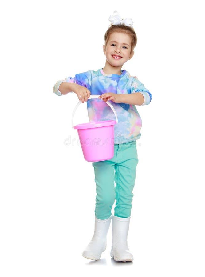 Kleines Mädchen mit einer Wanne stockbilder