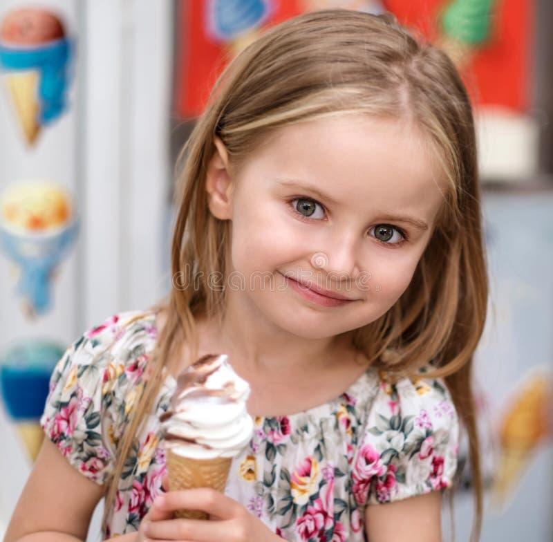 Kleines Mädchen mit Eiscreme lizenzfreie stockbilder