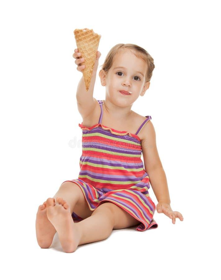 Kleines Mädchen mit Eiscreme stockfotos