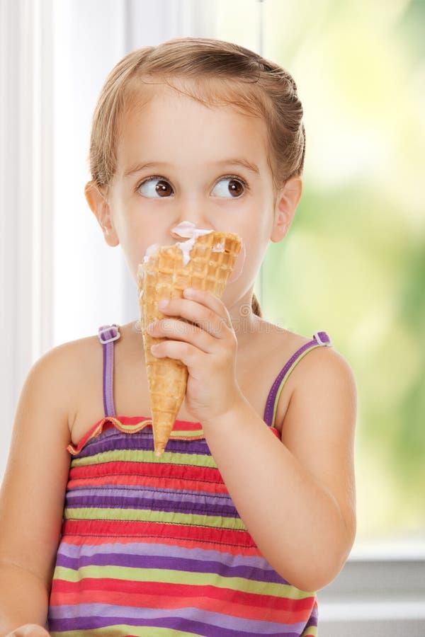 Kleines Mädchen mit Eiscreme stockbild