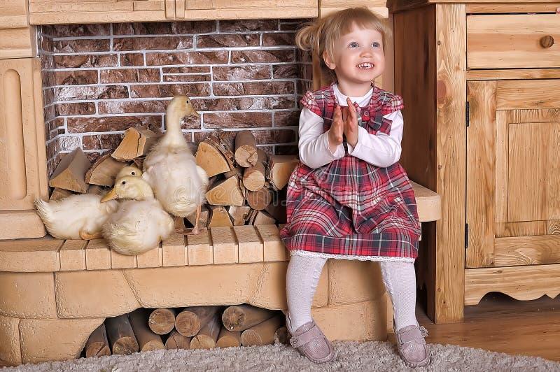Kleines Mädchen mit Entlein lizenzfreie stockfotos