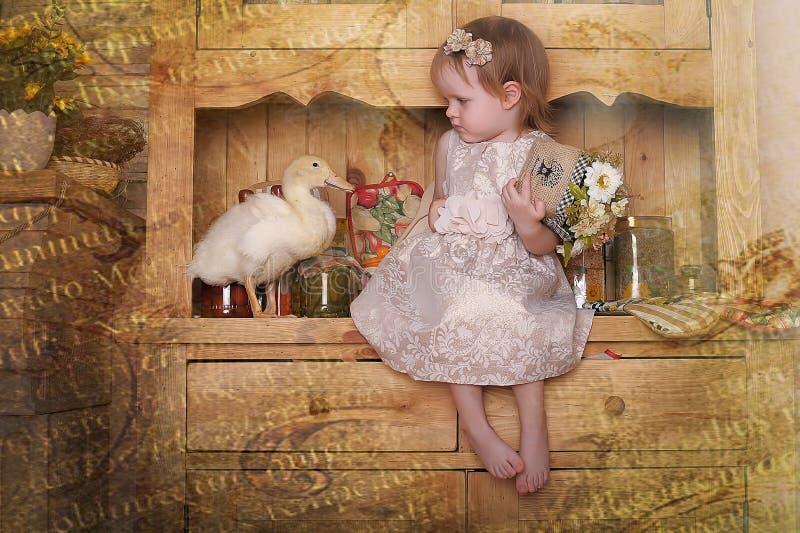 Kleines Mädchen mit Entlein lizenzfreie stockbilder