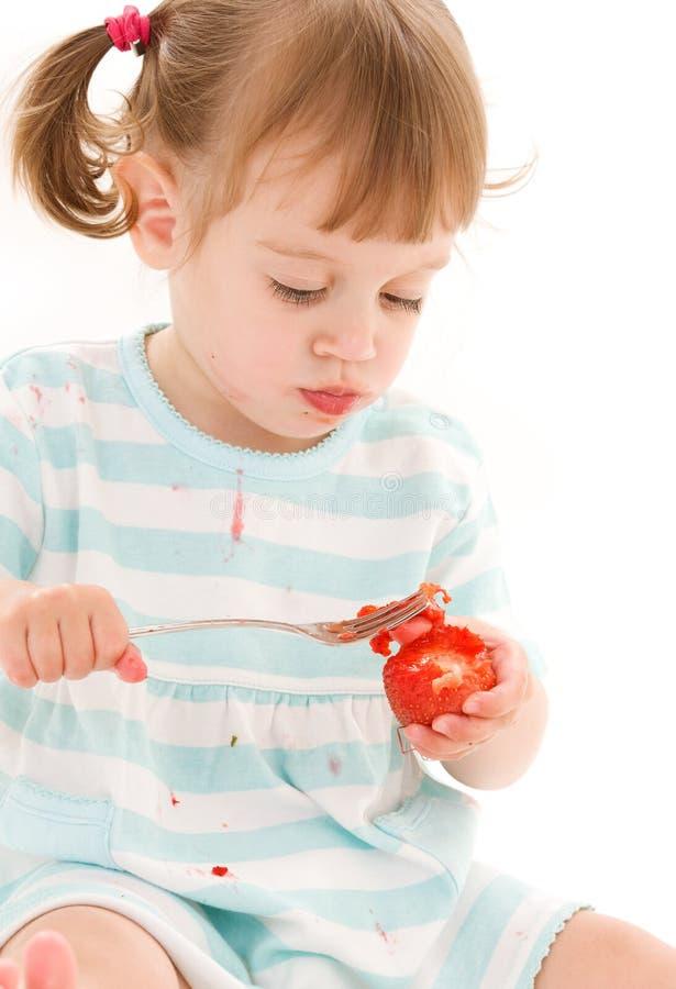 Kleines Mädchen mit Erdbeere lizenzfreie stockbilder