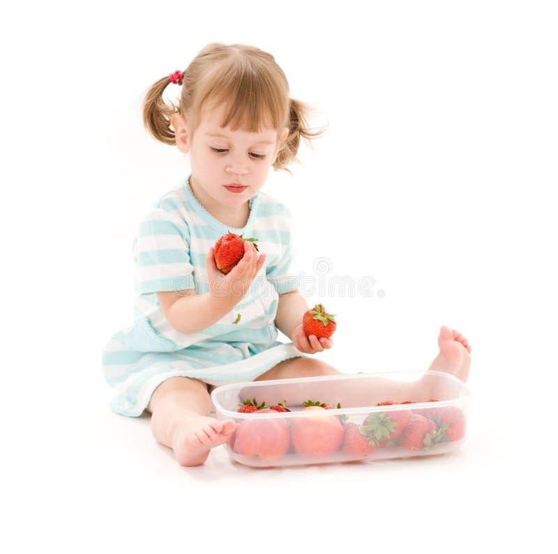 Kleines Mädchen mit Erdbeere lizenzfreies stockfoto