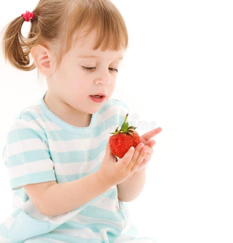 Kleines Mädchen mit Erdbeere stockfotografie