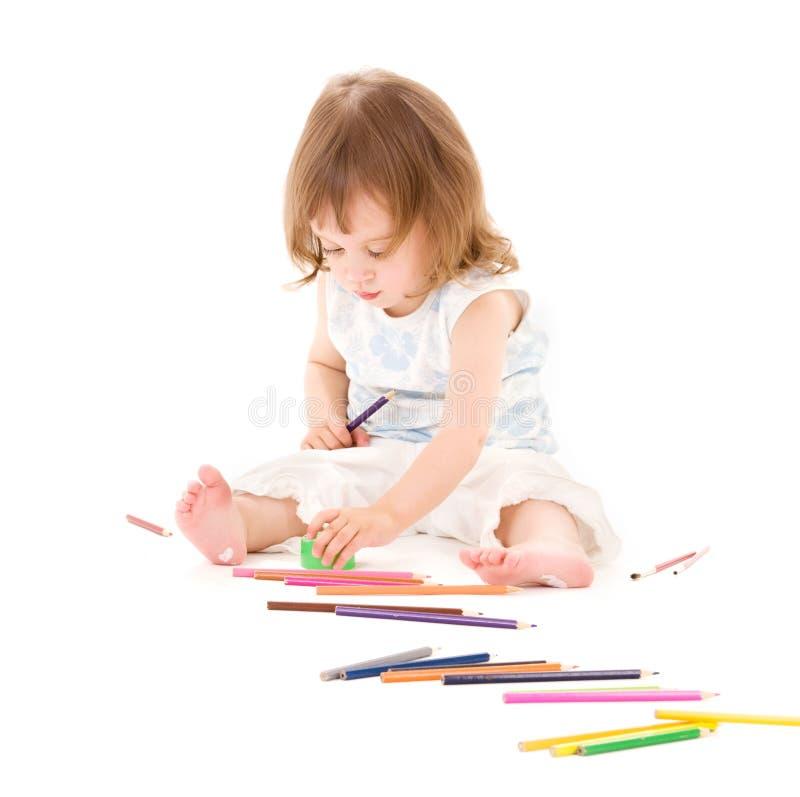 Kleines Mädchen mit Farbenbleistiften stockbilder