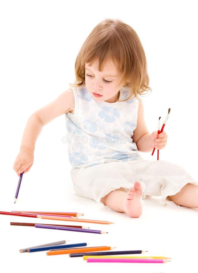 Kleines Mädchen mit Farbenbleistiften stockfotos