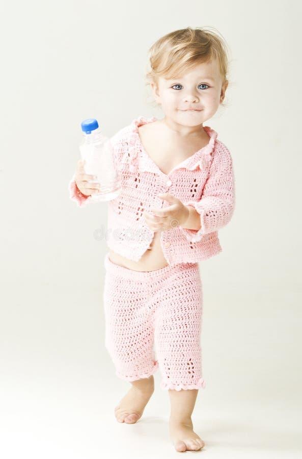 Kleines Mädchen mit Flasche Wasser stockbild