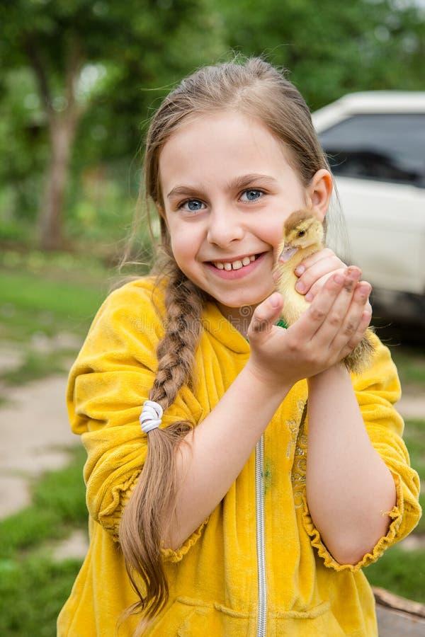 Kleines Mädchen mit Frühlingsentlein lizenzfreies stockbild