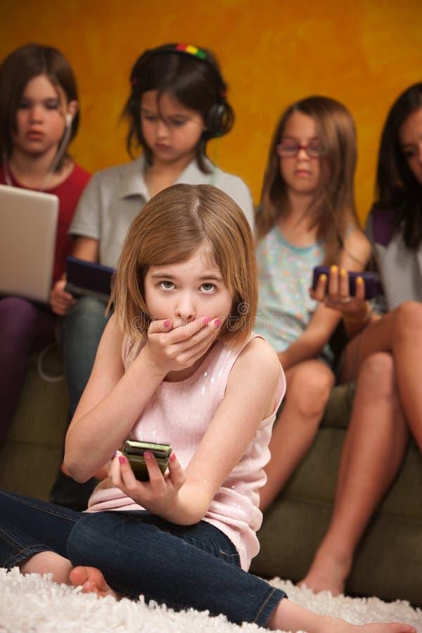 Kleines Mädchen mit Freunden lizenzfreie stockfotografie