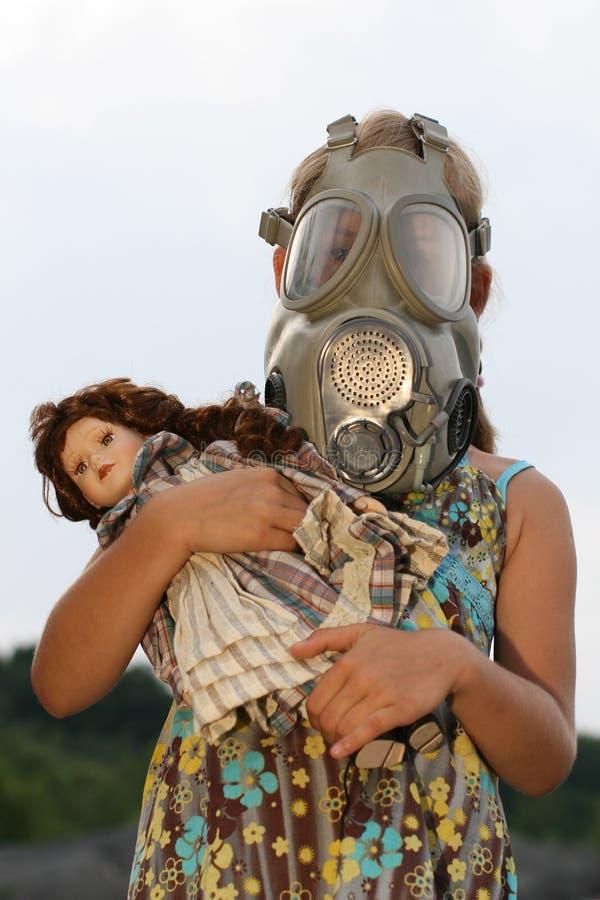 Kleines Mädchen mit Gasmaske stockbild
