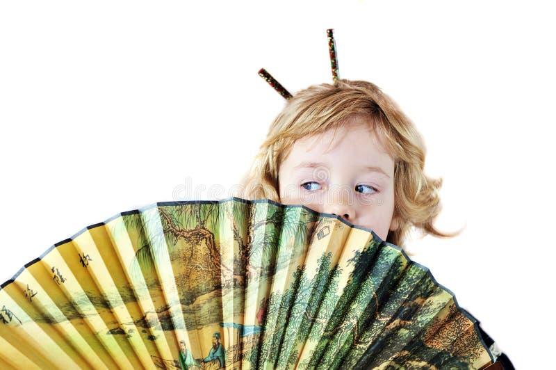 Kleines Mädchen mit Gebläse stockfoto