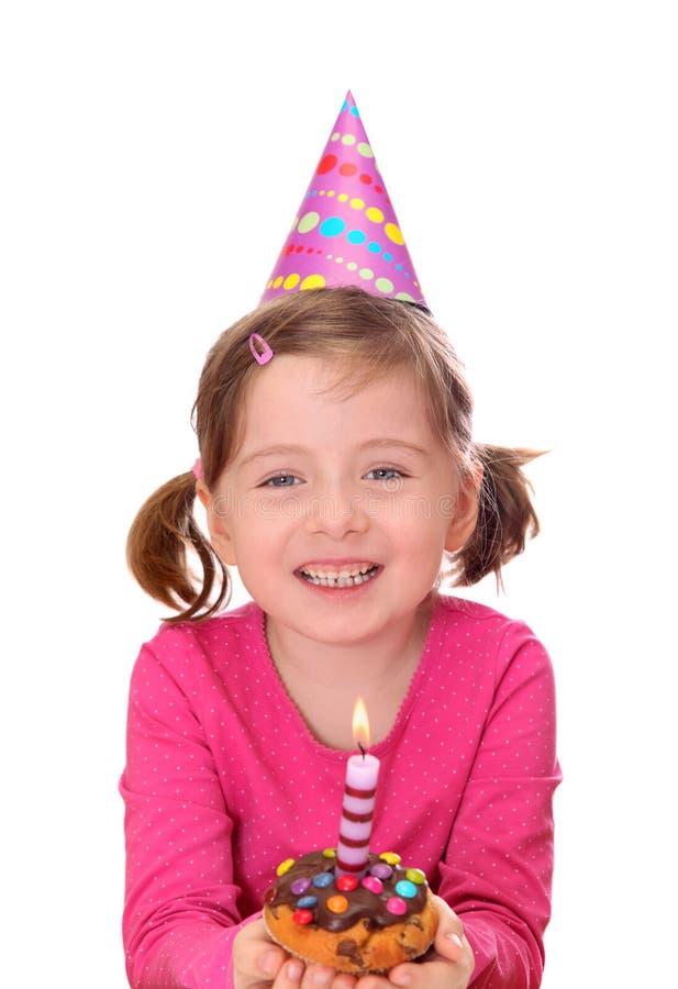 Kleines Mädchen mit Geburtstagkuchen stockfotografie