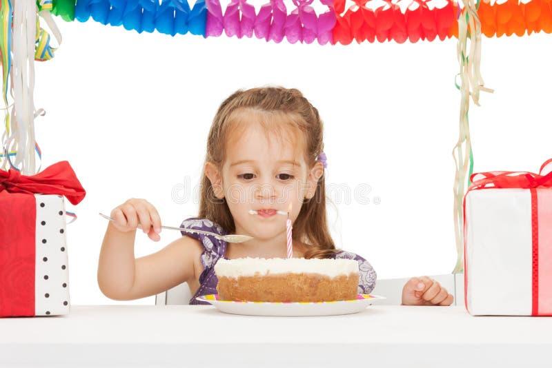 Kleines Mädchen mit Geburtstagskuchen stockbilder