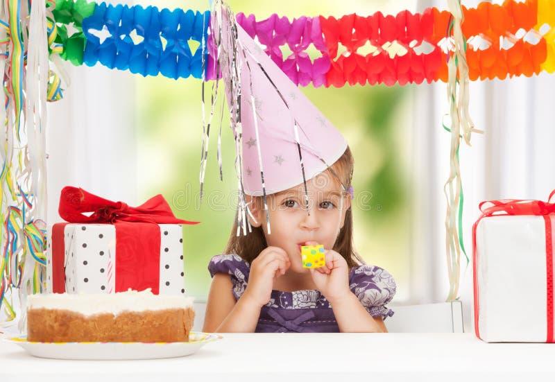 Kleines Mädchen mit Geburtstagskuchen lizenzfreie stockfotografie