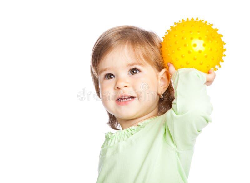 Kleines Mädchen mit gelber Kugel stockfotografie