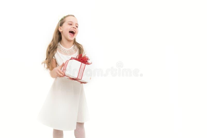 Kleines Mädchen mit Geschenkbox mit rotem Bogen im Kleid stockbild