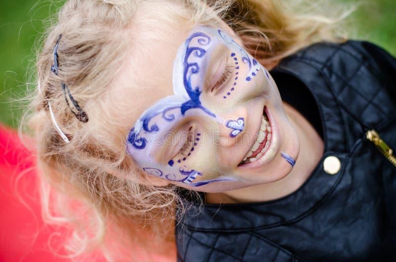 Kleines Mädchen mit Gesichtsanstrich stockfotografie