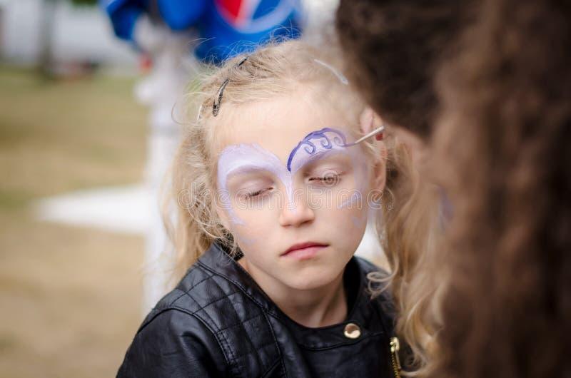 Kleines Mädchen mit Gesichtsanstrich lizenzfreie stockfotografie