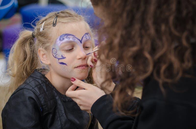 Kleines Mädchen mit Gesichtsanstrich lizenzfreies stockfoto