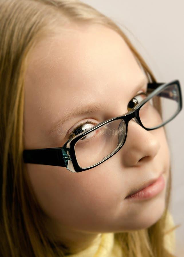 Kleines Mädchen mit Gläsern stockbild