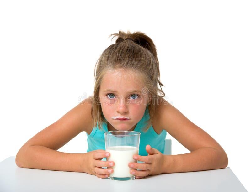 Kleines Mädchen mit Glas Milch stockfoto