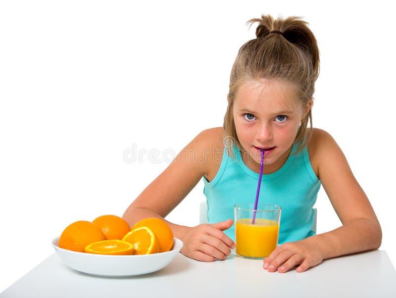 Kleines Mädchen mit Glas Orangensaft lizenzfreie stockfotos