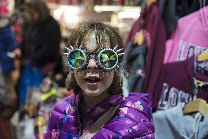 Kleines Mädchen mit gotische Sonnenbrille mit gebeugter Linse stockfotografie