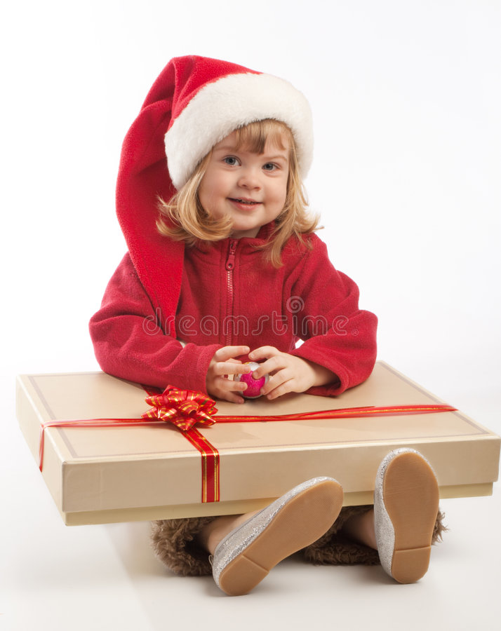 Kleines Mädchen mit großem anwesendem Kasten stockfotos